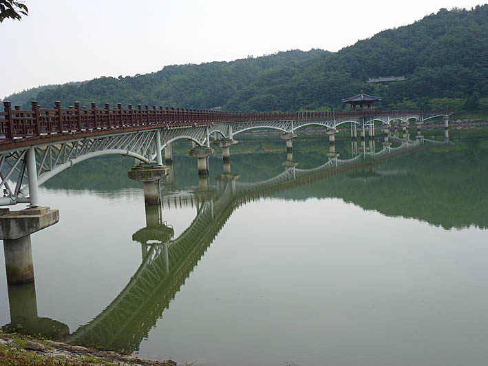 Koreas längsta träbro. Andong