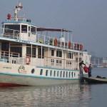 Båten för turer i mangroveskogen. Khulna