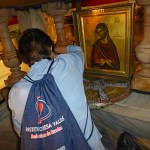 Hålet korset stod i besöks av många. Golgata. Jerusalem