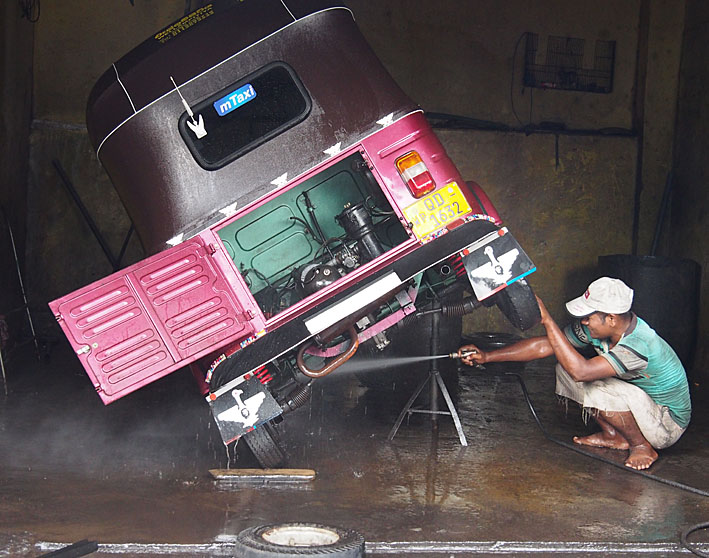 Tvättning av tuc-tuc. Colombo