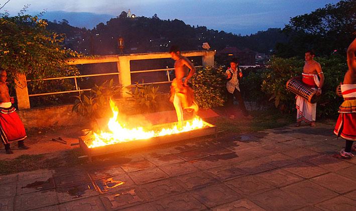 Vandring på glödande kol. Kandy