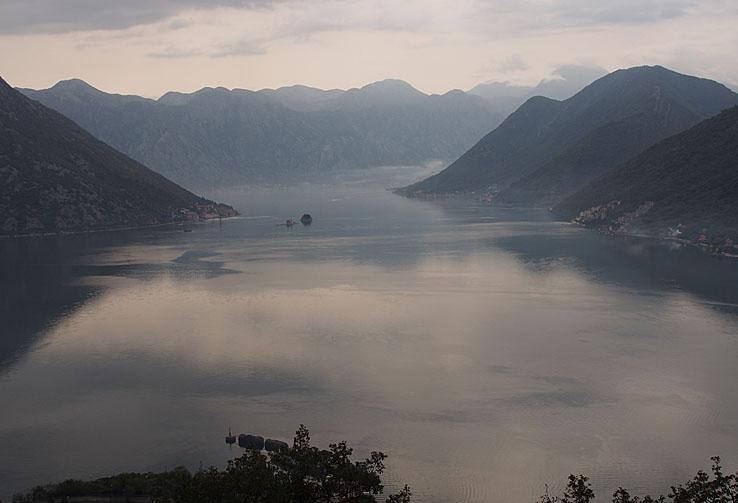 Vy över Kotorfjorden. Perast. Montenegro (U)