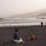 Pappan tar en selfie, mamman leker med dottern. Puerto de la Cruz