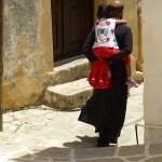 Präst med flicka på ryggen. Ön Symi