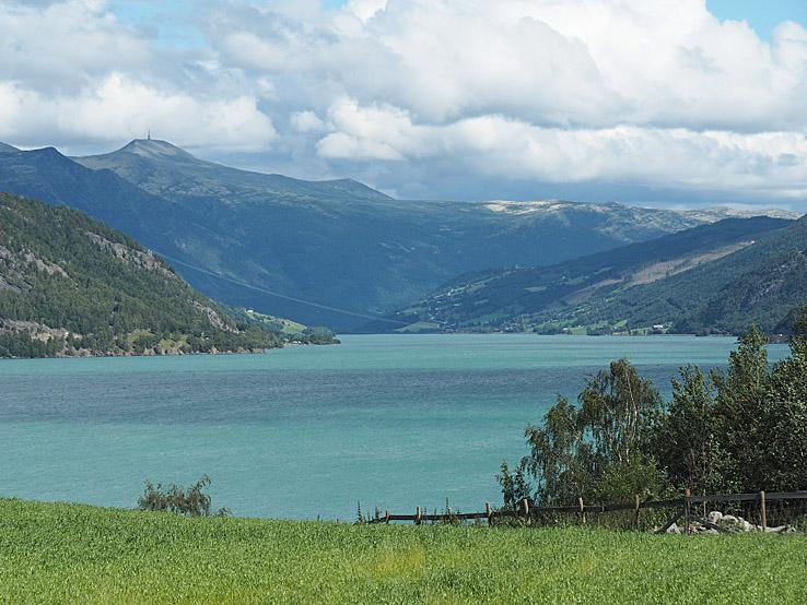 Turkosfärgad sjö nära Lom