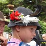 Pojke med orrfjädrar i hatten. Cavalese