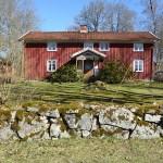 Många vackra gårdshus. Ätradalsleden