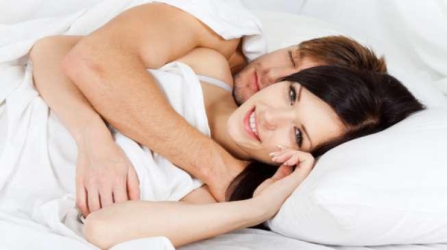 Ilustrasi tidur bersama pasangan. (Shutterstock)