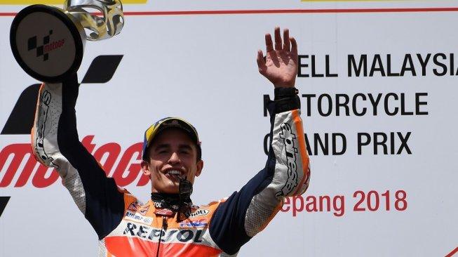 Pebalap Repsol Honda, Marc Marquez, merayakan keberhasilan meraih podium pertama MotoGP Malaysia 2018 di Sirkuit Sepang, Minggu (4/11). [AFP/Mohd Rasfan]