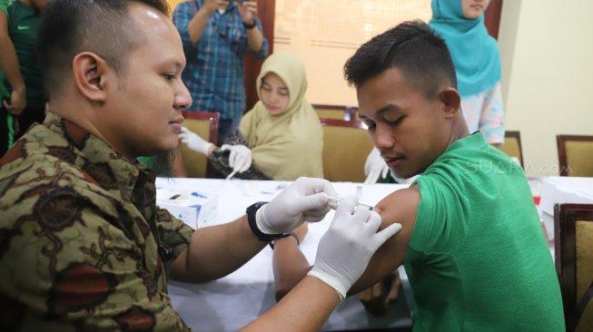 Pemain Timnas U-23 yang akan berlaga di Sea Games 2019 menjalani vaksinasi polio di Jakarta, Jumat (8/11). [Suara.com/Arya Manggala]