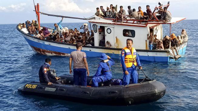 Pengungsi etnis Rohingya berada di atas kapal KM Nelayan 2017.811 milik nelayan Indonesia di pesisir Pantai Seunuddon. Kecamatan Seunuddon, Aceh Utara, Aceh, Rabu (24/6/2020). [ANTARA FOTO/Rahmad]