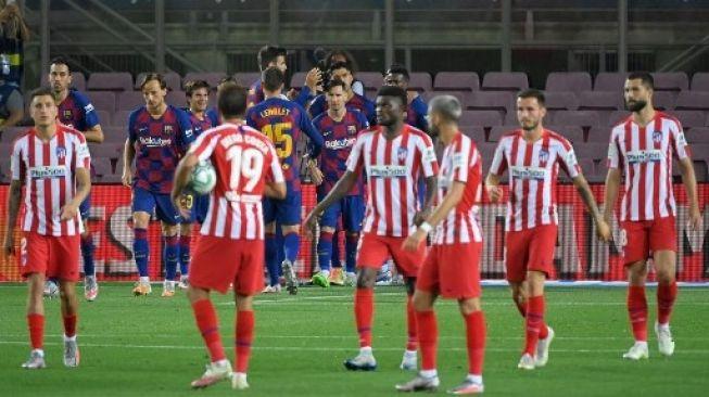 Para pemain Barcelona merayakan gol saat menghadapi Atletico Madrid dalam lanjutan Liga Spanyol di Camp Nou stadium. LLUIS GENE / AFP