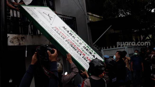 Brimob membongkar atribut FPI di Petamburan, Jakarta, Rabu (30/12). [Suara.com/Novian Ardiansyah]