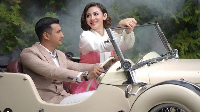 Ali Syakieb dan Margin Wieheerm bersama mobil klasik (Instagram)