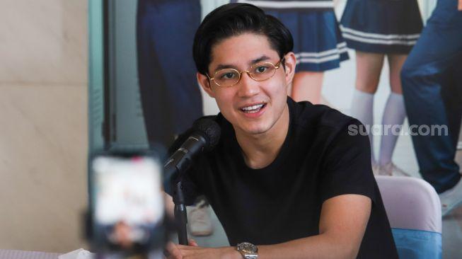Aktor Teuku Rassya saat ditemui di Hitmakers Studio, Jakarta Pusat, Rabu (13/10/2021). [Suara.com/Alfian Winanto]