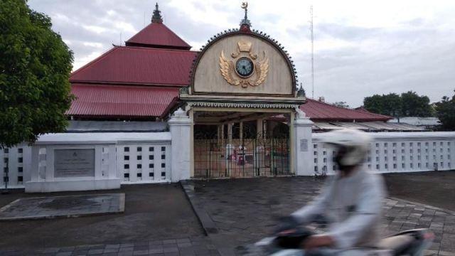Seorang pengendara melintasi Masjid Gedhe Kauman Yogyakarta yang tertutup untuk kegiatan Ramadan selama covid-19, Rabu (20/5/2020). [Suarajogja.id / Ilham Baktora]