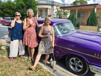 Tjejer i lila bil