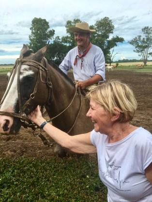 Cici älskar hästar