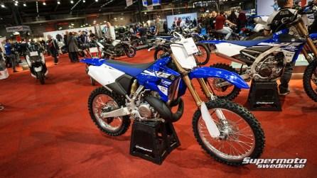 Yamaha yz250 2-takt och i bakgrunden till höger ser vi YZ450 4-takt.