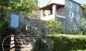 Prodaja – renovirana kamena kuca sa dva pomocna objekta – Lustica, Herceg Novi