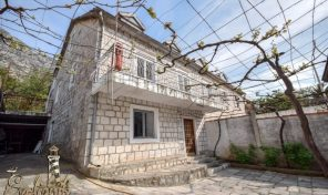 Kamena kuca u neposrednoj blizini mora – Dobrota, Kotor