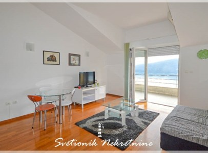 Kompletno opremljen i namesten jednosoban stan sa pogledom na more