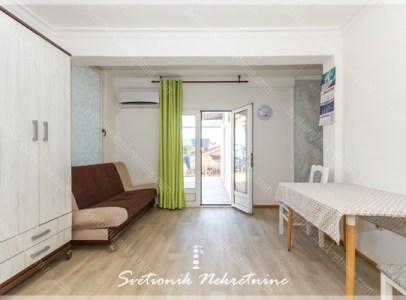 Na prodaju, renoviran i namesten stan koji se sastoji iz jednog veceg stana kog cine dnevni boravak, kuhinja sa trpezarijom, spavaca soba,
