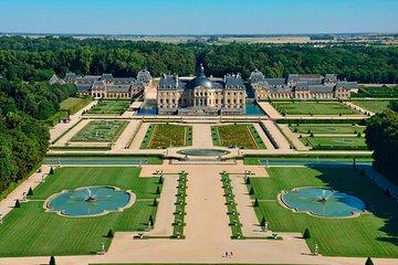 Chateau de Vaux-le-Vicomte Tour with Champagne and Luxury Car Transport
