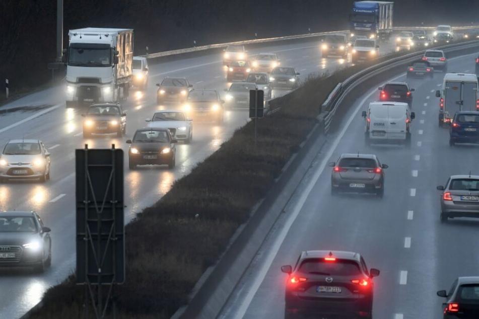 Laster mit Gefahrgut kippt um Autobahn den ganzen Tag