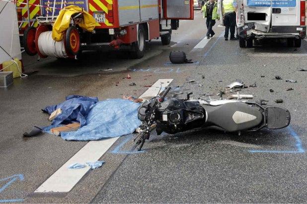 Vermutlich prallte der Motorradfahrer nahezu ungebremst gegen das Heck des Kleinlasters.