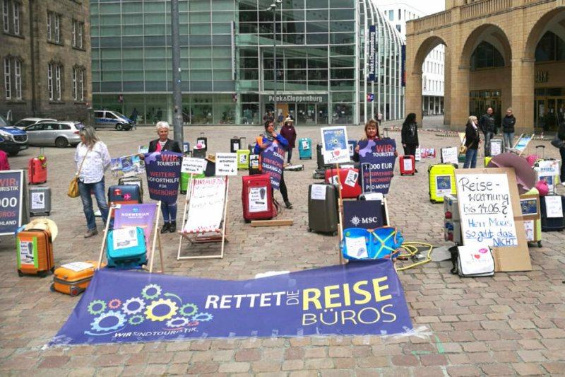 Protest action by travel agencies on Chemnitz Neumarkt.
