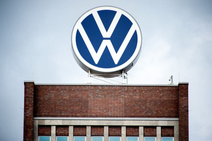 At the carmaker Volkswagen, vehicle production is slowly starting up again on Thursday after more than five weeks of Corona standstill. (Icon image)