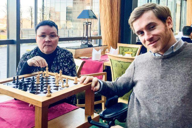 Mit dem Schauspieler Samuel Koch traf sich Andrea in Dresden auf eine Partie Schach. Auch er hat ein schweres Schicksal zu ertragen.