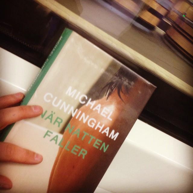 """Instagram media by litteraturmagazinet - Nu när """"Snödrottningen"""" kommer ut på svenska har jag, sent omsider, börjat läsa """"När natten faller"""" som kom ut för flera år sedan. Har älskat Michael Cunninghams """"Timmarna"""" och fått mycket ut av """"Ett hem vid världens ände"""", så det är ett kärt återseende! Kanske ska försöka få tag på """"Kött och blod"""" från 1996 också... Men """"Märkliga dagar"""" verkar för märklig! Vad har du för relation till Cunningham? #roman #hbtq / #seb_lm"""