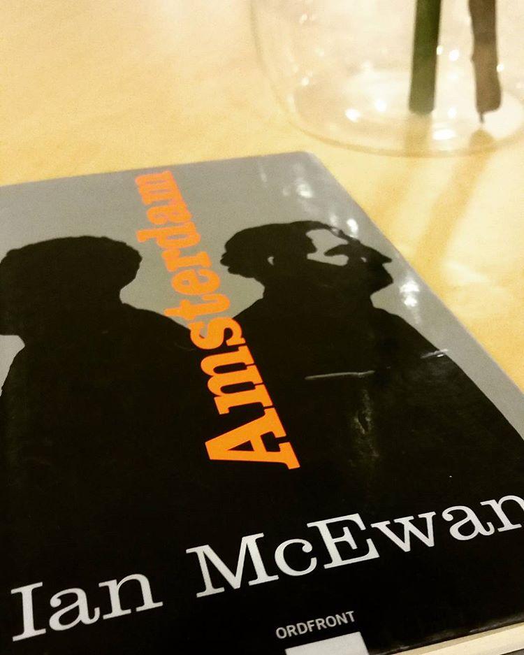 """Jag var inte så förtjust i slutet på """"Amsterdam"""". Men jag måste erkänna att jag har en rejäl läskrush på McEwan just nu. Läst fyra stycken på raken, lånat minst lika många till och skulle lånat ännu fler om inte en låntagare smittats och dammsugit magasinet. Så går det när en ger bra boktips 😣 #ianmcewan #böcker #litteratur #läsning #bibliotekarie"""