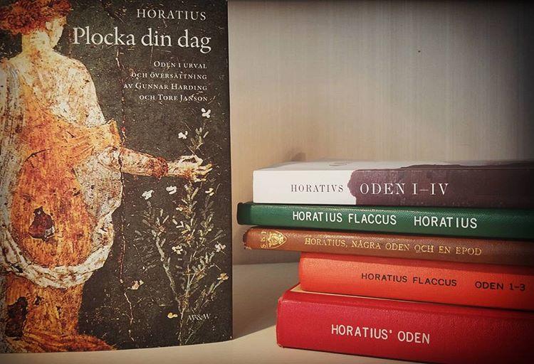 Sånt jag också jobbar med: jämföra översättningar #litteraturliv #horatius #plockadindag #gamlaromare #viktenavettvarieratarbetsliv #bokhög