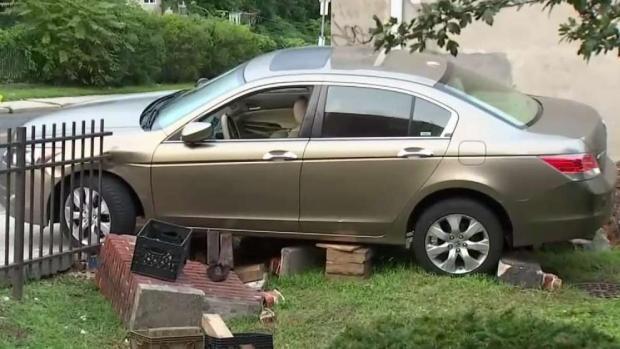 [TLMD - NY] Muere tras ser prensada por auto fuera de control
