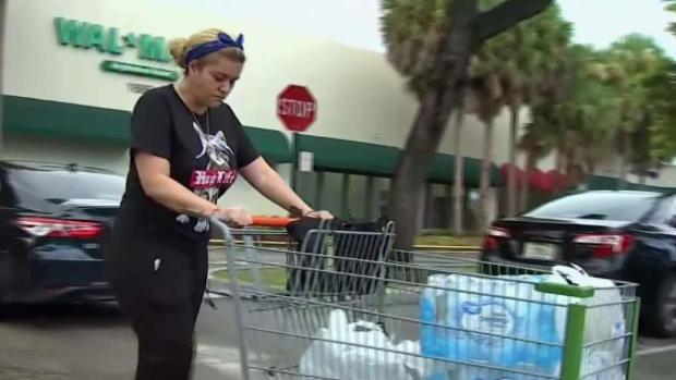 [TLMD - MIA] Residentes del sur de Florida buscan provisiones para enfrentar Dorian