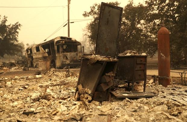 Incendio forestal arrasa pueblos en el norte de California