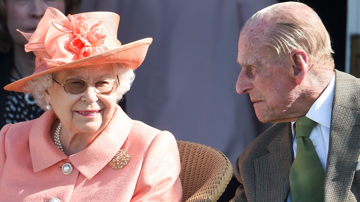 How is Queen Elizabeth after the death of her husband? What close relatives say after visiting her