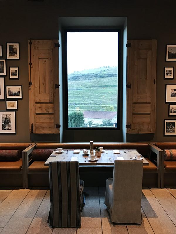 table avec vue sur la vallee du douro