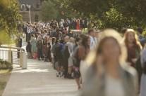Los estudiantes hacen fila para entrar al Marriott Center del campus de BYU en preparación para un devocional dado por el presidente Russell M. Nelson, el martes, 17 de septiembre de 2019.