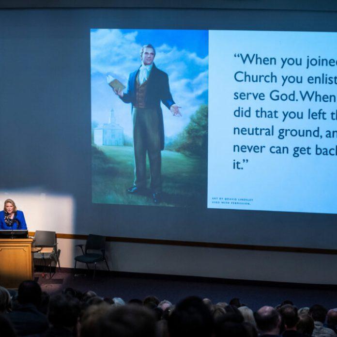 Sheri Dew habla durante el Simposio de Historia de la Iglesia de BYU en el Centro de Conferencias en Provo, Utah, el jueves, 12 de marzo 2020.