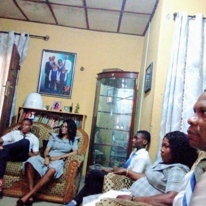 La familia Ake — John, Joy, Joseph, Justina y Ake Ikechukwu Felix — del Barrio Omoku, Estaca Port Harcourt Nigeria Choba, mira la sesión del domingo por la mañana de la Conferencia General Anual N.o 190 el 5 de abril de 2020.