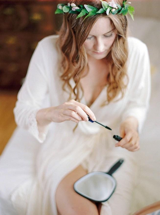 Bruden sminkar sig innan bröllopet hårkrans av Linnéa Bergqvist The Wild Rose