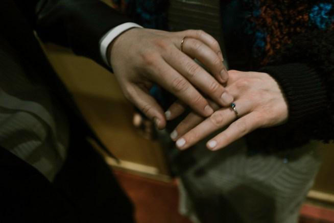Bröllopsfotografering detaljbild på händer och ringar Liam Warton