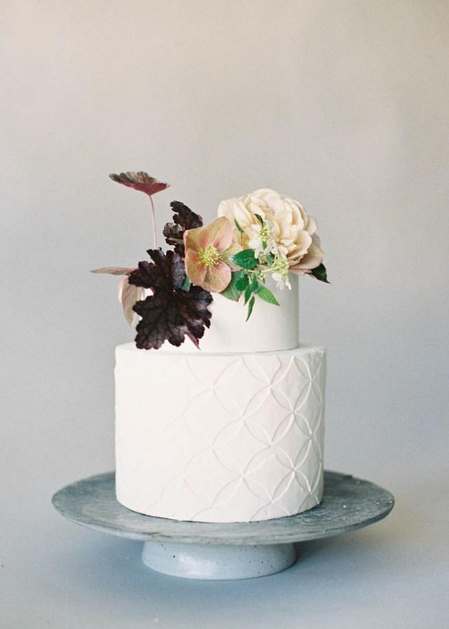 Tårta med färska blommor och blad