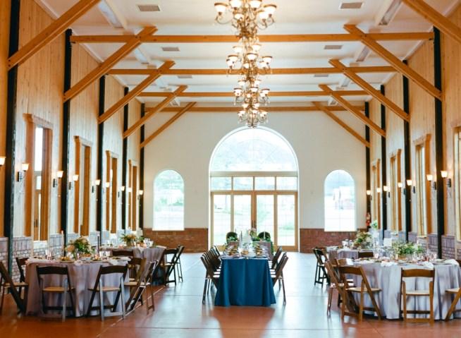 bröllopslokal med bjälkar i taket