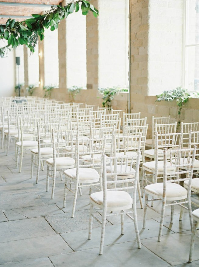 hyr enhetliga stolar till vigselplatsen