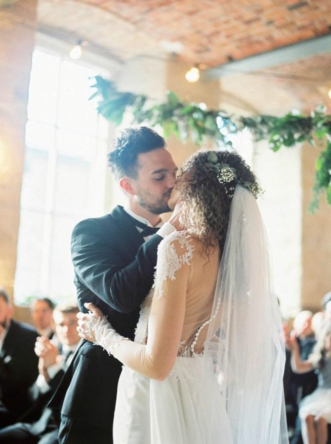 första kyssen som äkta makar